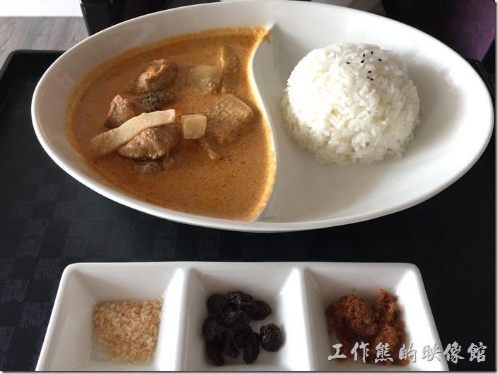台南南港-Lite。泰煌咖哩雞肉飯,NT180。把配菜擺在一起還是覺得有點陽春,似乎應該要在加點青菜點綴對擺盤才比較搭配。