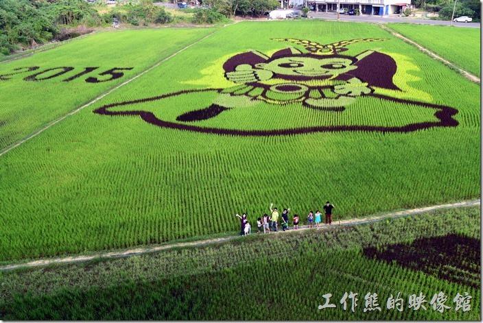 2015年台南後壁農會彩繪稻田,Q版三太子豎起大拇指給台灣按個「讚」!