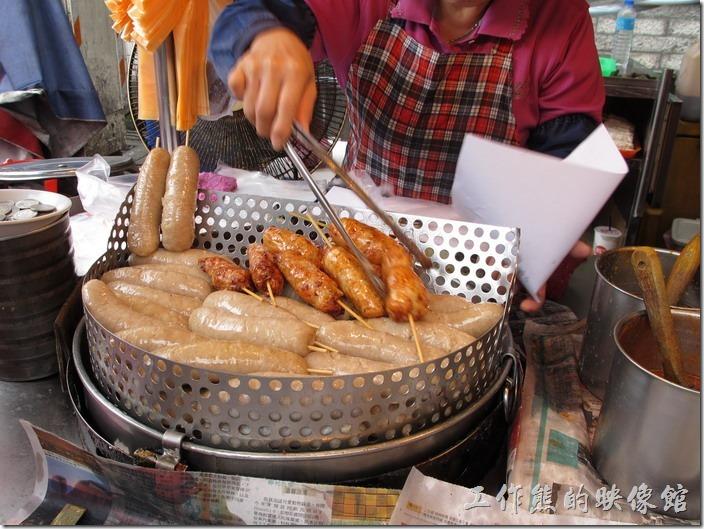 瑞芳-龍鳳腿。另一邊還有個油炸鍋,把油炸好的龍鳳腿及糯米腸撈出來瀝乾油,不過通常來不及瀝乾油就被客人買走了。