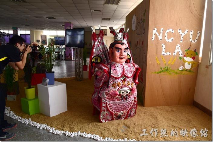 台南後壁農會彩繪稻田。上到了四樓,迎面而來的也是一尊笑咪咪的三太子。