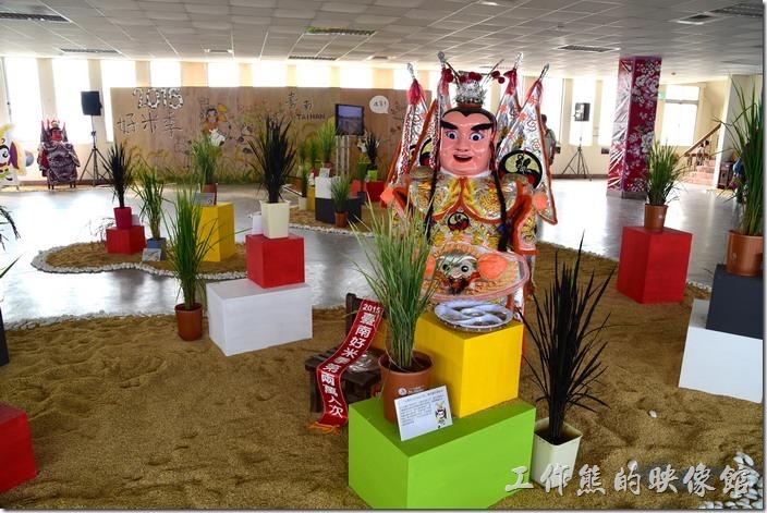 台南後壁農會彩繪稻田。其實後壁區區公所及農會還蠻用心的,這裡除了可以欣賞到彩繪稻田外,也有稻米品種的介紹,其中還有這種不同顏色的稻米。