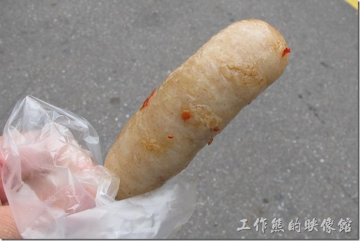 接下來是糯米腸了,這糯米腸跟一般外面香腸攤上看到的差不多,只不過這裡用的是油炸的熟成工法。