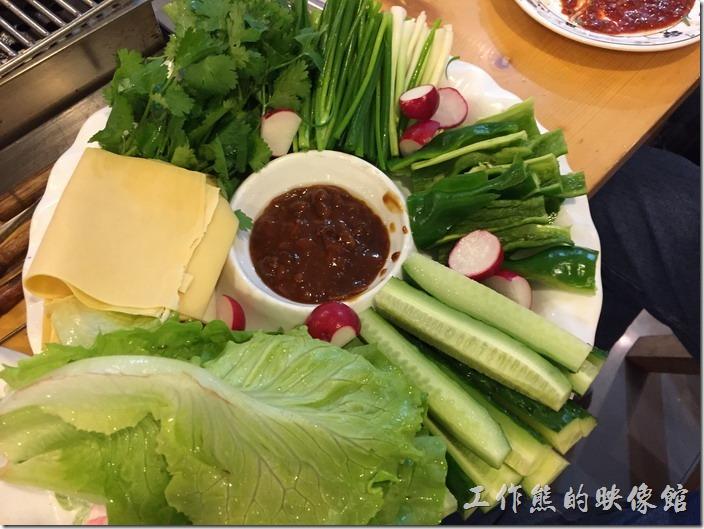 昆山-歡樂牧人。蘸醬菜,這是道地的東北菜,中間的醬料是主角,什麼多能沾著生吃,最左邊的是相紙片的豆皮,有別於我們一般認知的豆別,可能不是大豆皮吧!