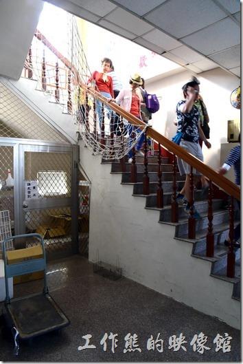 登高望遠,要欣賞到完整的彩繪稻田就必須從爬樓梯開始。