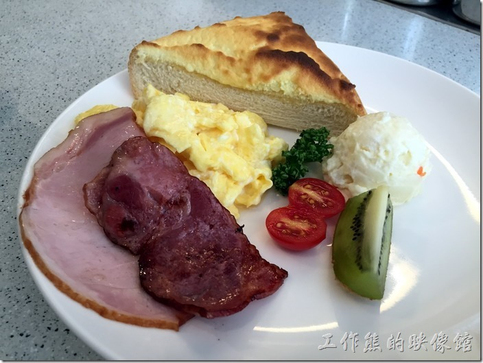 台南-Oilily早午餐。這是老婆點的奶酥厚片,個人感覺奶酥比蒜味好吃一點點,因為奶酥的味道比較夠。