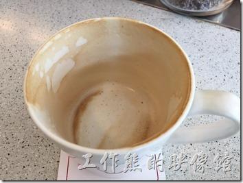 台南-Oilily早午餐。熱拿鐵。喝起來依然像熱牛奶。適合還不太敢喝咖啡的朋友。