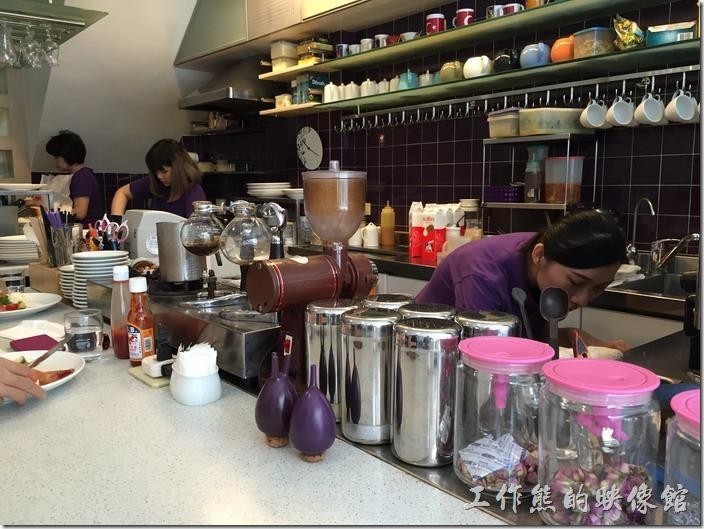 Oilily為開放式廚房,其實也沒有太多餐點,就是準備沙拉、咖啡,熱食方面就是煎火腿、培根及炒蛋,出菜的速度還算快。