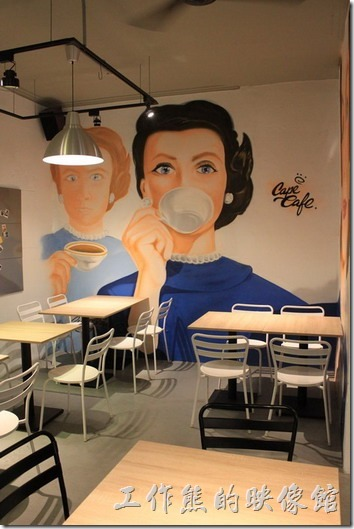 台南-開普咖啡早午餐。再往內走,另一面牆壁上喝咖啡的仕女讓人超有感覺。