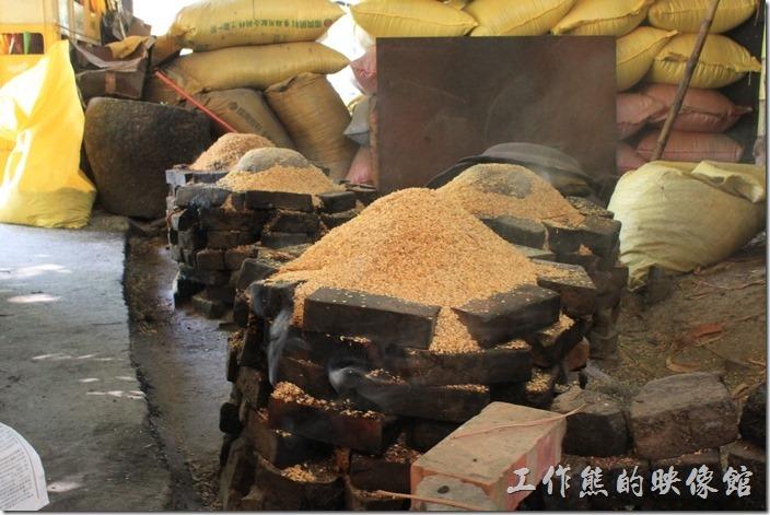 台南新化-王家燻羊肉。這稻殼堆成的小山丘下面就是【燻羊肉】,每個小山丘下都有20台斤的羊肉,這稻殼會點火悶燒一天一夜用以保溫,也會讓羊肉更加軟爛入味好吃。