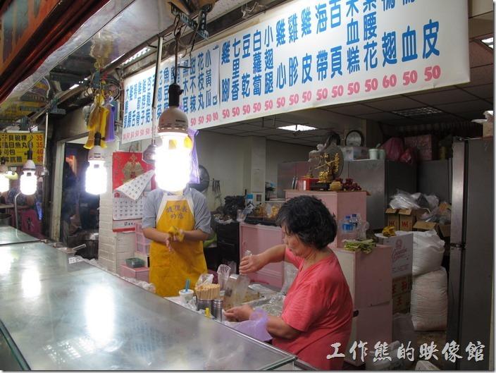 九份老街-護理長的店,在在基山街與豎歧路的交叉路口「阿蘭草仔粿」對面,賣的是各式滷味,這也是排隊名店。