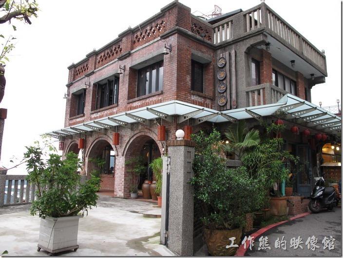 九份老街-天空之城。九份輕便路上的天空之城(水新月茶坊),是九份地區蠻氣派的建築。