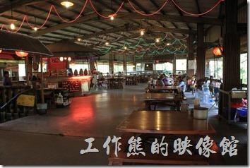 台南新化王家燻羊肉的餐廳有兩層樓,一般以左圖的一樓大廳為主,右圖為地下室。