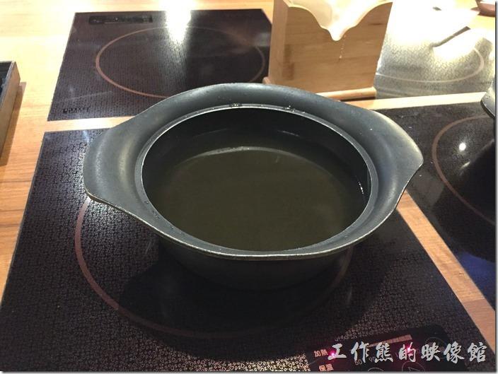 黑毛屋使用電磁爐,讓人感覺安心也時尚。這是涮涮鍋的鍋底,清甜好喝。