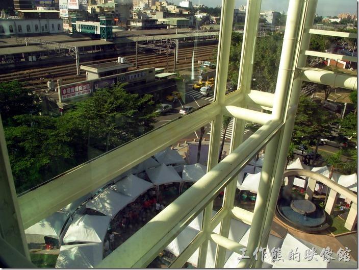 台南-大遠百貴賓室。從台南後火車站大遠百貴賓室落地窗看出去剛好是台南前鋒路的後火車站及成功大學的操場。