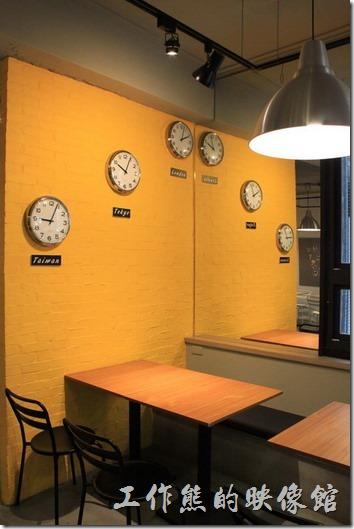 台南-開普咖啡早午餐。一進餐廳就被黃色的牆壁上掛有台北、東京、倫敦三個時區的時鐘所吸引。