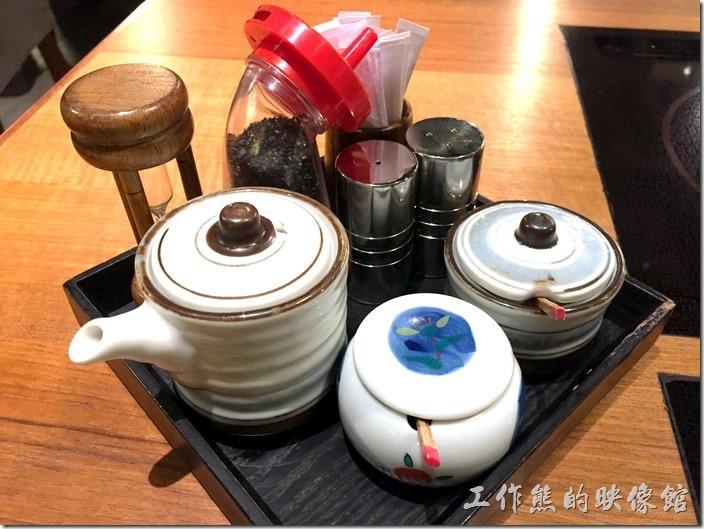台北南港黑毛屋在每個桌上都放有佐料,可以自取,不過沒有醬油,也沒有醋,必須跟服務人員要。