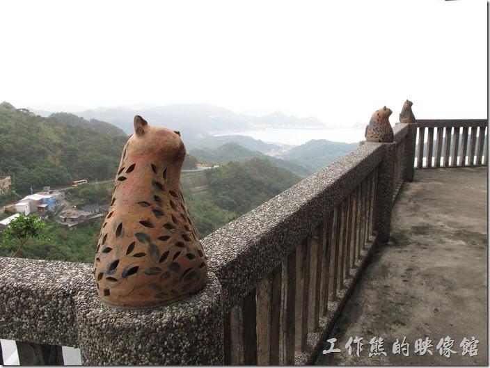 天空之城(水新月茶坊)有好多的貓咪陶像,這些陶猫都是藝術家 midori的創作喔!