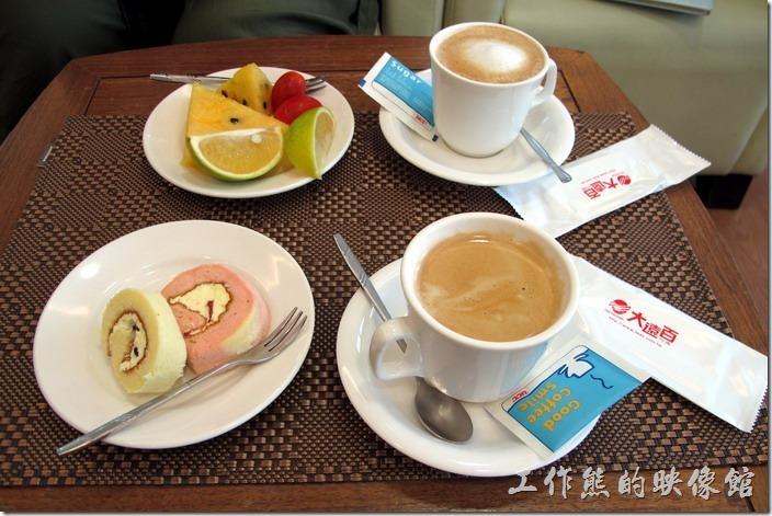 台南-大遠百貴賓室。這是工作熊及老婆點的飲料及餐點,一杯黑咖啡,一杯熱卡布其諾,一份水果,一份瑞士捲蛋糕。