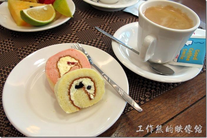 台南-大遠百貴賓室。這蛋糕可能放得有點久了,因為吃起來偏硬,而且乾乾的,反正來休息。咖啡使用的應該是中度烘培豆,稍帶點苦味。