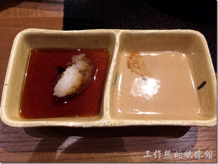 台北南港-黑毛屋。點好餐之後會先上佐料,左手邊的池子內應該是蘋果醋與白蘿蔔泥,吃完可以再要,適合沾蔬菜;右邊的池子內是芝麻醬,適合沾豬肉及雞肉,牛肉沾起來味道並不是很對味。