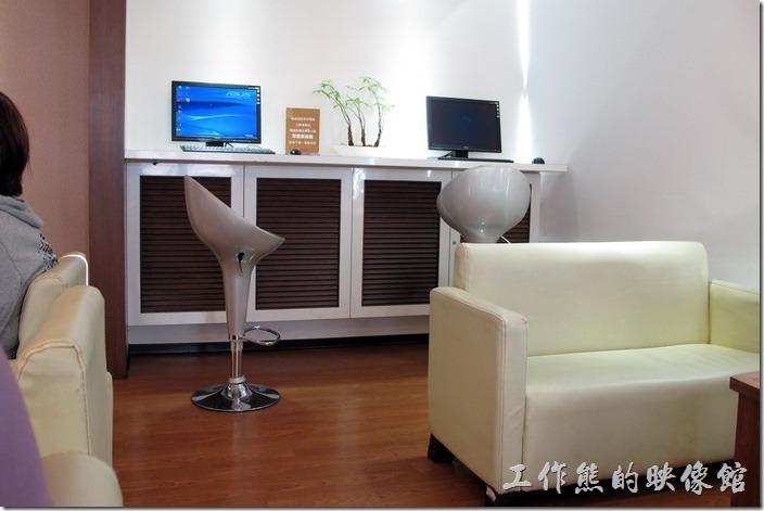 台南-大遠百貴賓室。台南後火車站大遠百貴賓室內兩台電腦可以免費使用。