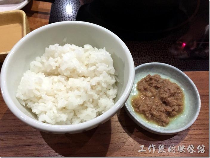 台北南港黑毛屋的每一道套餐都會附一碗白飯及肉燥,工作熊還蠻推薦這裡的白飯與肉燥,就是好吃。