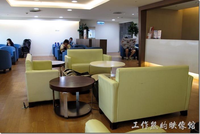 台南後火車站大遠百貴賓室內的環境。
