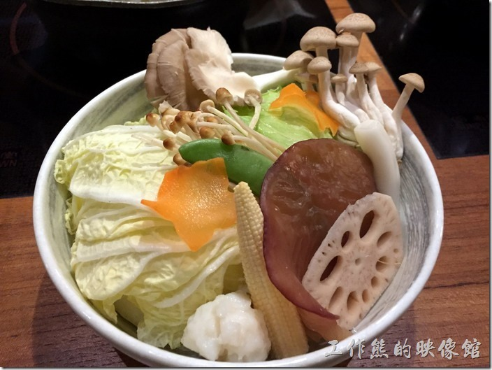 台北南港黑毛屋。每道套餐都有一盤蔬菜配料盤,禮台有白菜、玉米筍、花枝丸、木耳、菇類…等。
