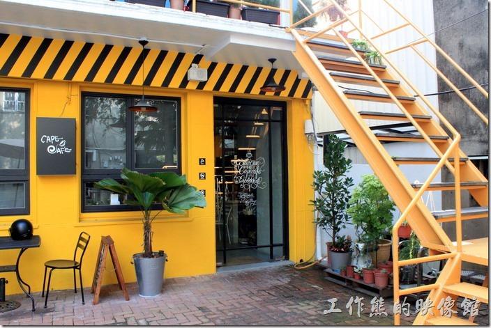 咖啡廳的前面有一大片的花園空地,這間咖啡廳似乎喜歡以黃色為主題,咖啡廳的整片外牆漆成了黃色,二樓是個麵包坊。