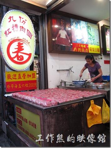 紅糟肉圓也是九份蠻知名的小吃,也有很多商家販賣。