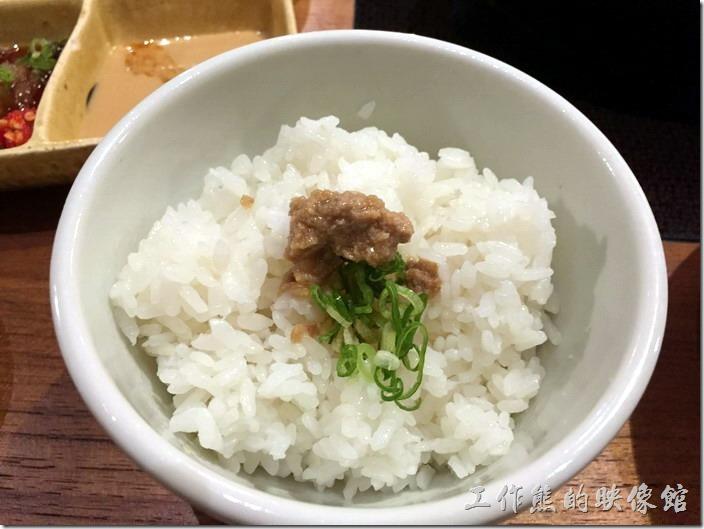 台北南港黑毛屋。將肉燥直接放在白飯上面就非常好吃。