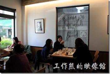 台南路易先生咖啡館內的景象。