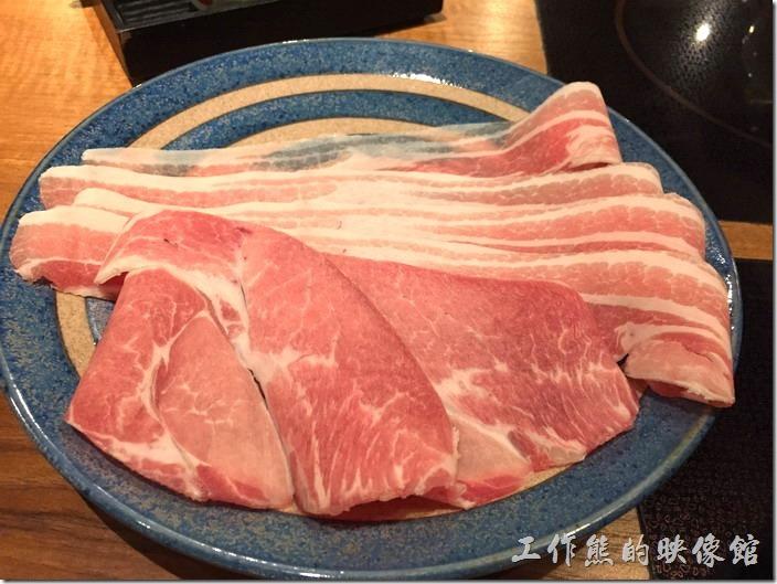 台北南港-黑毛屋。這就是黑毛豬吧!有六片豬肉。吃起來附有油脂非常好吃。