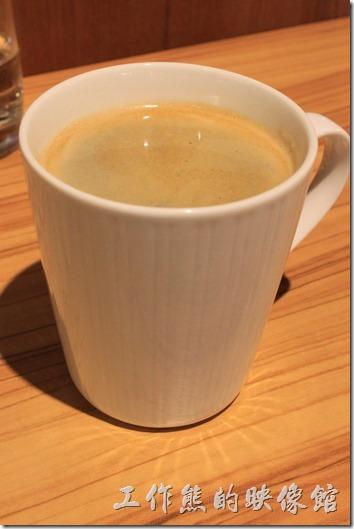 台南-路易先生早午餐。熱的黑咖啡(左)及卡布其諾(右)最先上來,工作熊因為坐在燈光下,而且咖啡杯上剛好有垂直平行條紋,所以就在桌子上呈現出這種有趣的放射光芒。