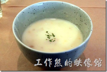 台南-和喫早午餐。馬鈴薯濃湯,湯頭內有切丁的馬鈴薯、火腿丁、玉米,還有洋蔥,如果嫌味道不夠的可以自己加胡椒粉及鹽巴提味。