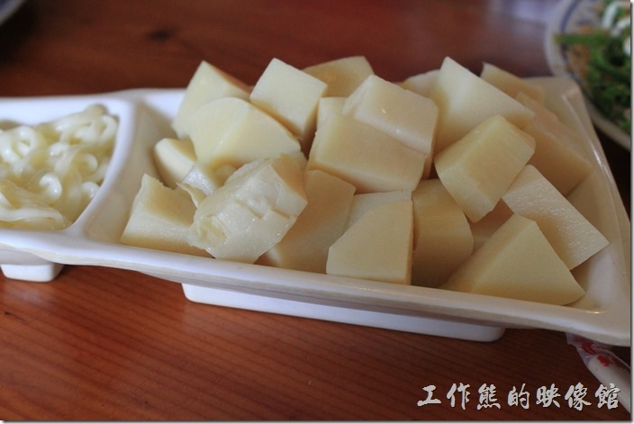 台南新化-王家燻羊肉。沙拉涼筍 ,NT200。好吃不苦澀。