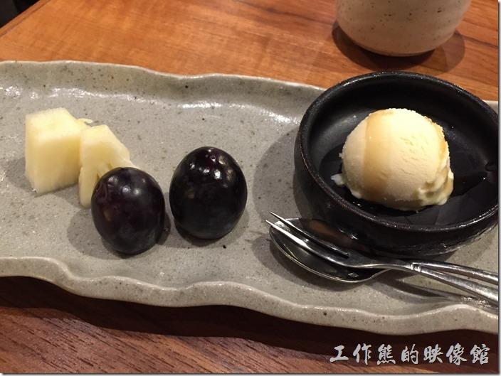 台北南港-黑毛屋。這是餐後的水果及冰淇淋,真的連塞牙縫都不夠。