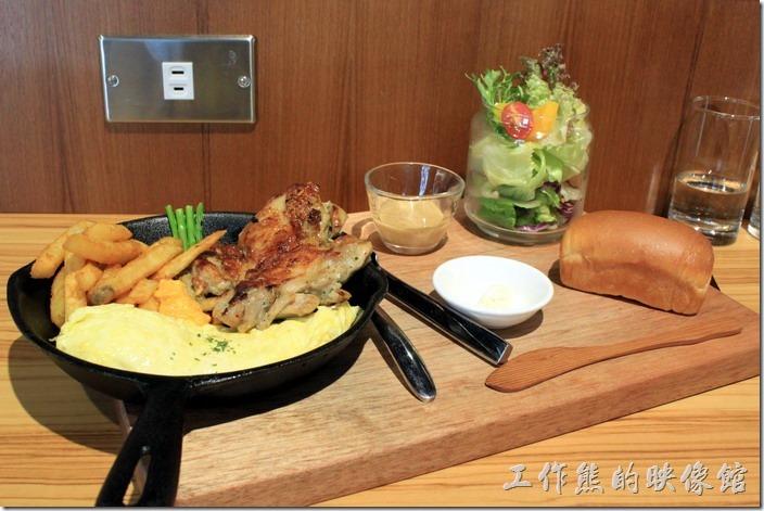 台南-路易先生早午餐。這道菜是「義式香煎雞排」鐵鍋NT260,除了鐵鍋主餐外,還有一罐生菜沙拉,一塊手工麵包,看起來非常豐盛,不知道是否因為剛好坐在冷氣口下,還是鐵鍋似乎沒有熱鍋熱得很好,拍照大約花了一分鐘,所以餐點很快就涼了,但雞排還是很好吃。