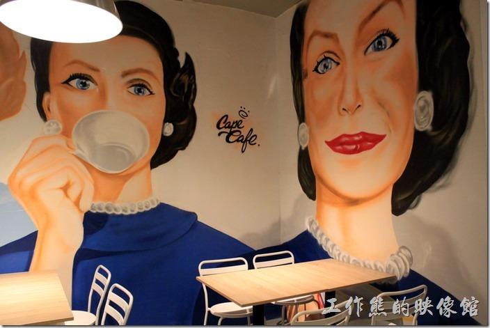 台南-開普咖啡早午餐。還是喜歡這片牆壁的畫作,感覺很舒服。
