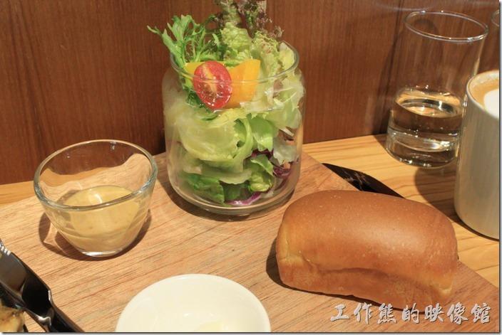 台南-路易先生早午餐。看起來香噴噴的手工麵包,一罐(真的是一罐)生菜沙拉,選用「路易醬」,不過這醬汁工作熊有點吃不太習慣,似乎有加蒜頭在裡頭,所以吃起來的感覺不是很對味,另外還有優葛醬可以選,生菜沙拉蠻新鮮好吃的。
