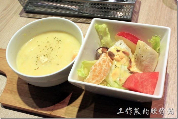 台南-開普咖啡早午餐。每份早午餐都有份湯品級水果沙拉,今天喝到的是蔬菜湯。水果沙拉的蘋果不是很脆,稍微點扣分。