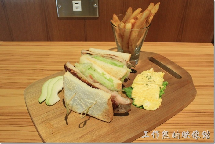 台南-路易先生早午餐。「義式雞腿三明治」NT170。這裡有兩份三明治,中間挾著雞腿肉與生菜,還附了稍微小一點的煎蛋,旁邊還放了三片切得小小的芭樂。