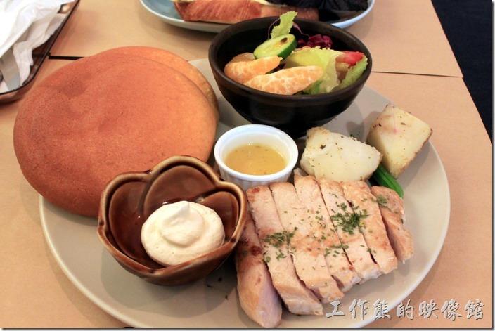 台南-和喫早午餐。胖鬆餅+香草蘋果佐豚里肌,NT250。兩大塊的胖鬆餅加兩塊煮熟的馬鈴薯還有一大塊的里肌肉,整個搭配起來口味算比較清淡的套餐,以份量來說一般女生應該吃不完。