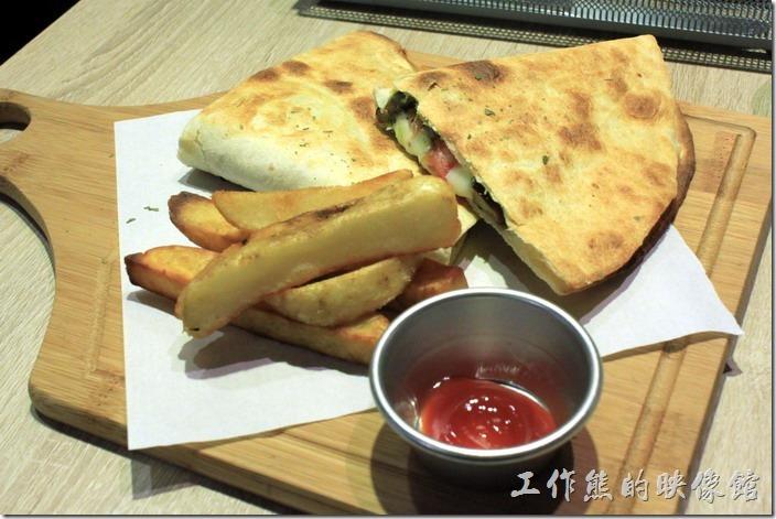 台南-開普咖啡早午餐。青醬野姑時蔬「墨西哥奶酪烤餅套餐」NT250,這應該是一片圓餅對折後才切成兩片,佐以炸蕃薯。