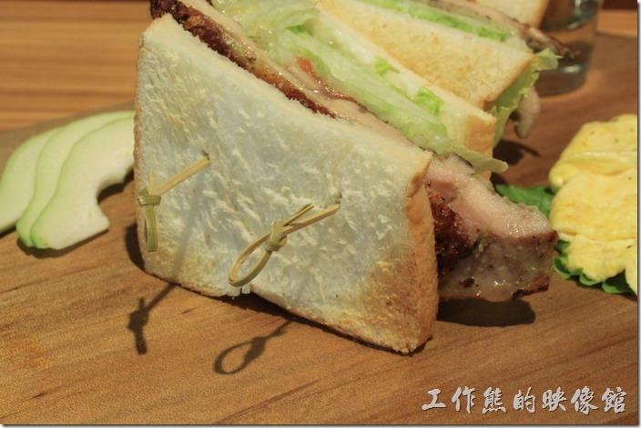 台南-路易先生早午餐。三明治麵包有事先烤過,然後使用兩根竹籤插著雞肉與麵包,所以吃的時候不必擔心雞肉或生菜掉落下來,雞肉吃起來香嫩好吃,就是配著三明治味道淡了點。