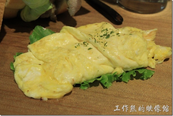 台南-路易先生早午餐。這香煎雞蛋也煎得不錯,應該是一顆蛋的份量,外表稍微煎熟,但內裡非常軟嫩。