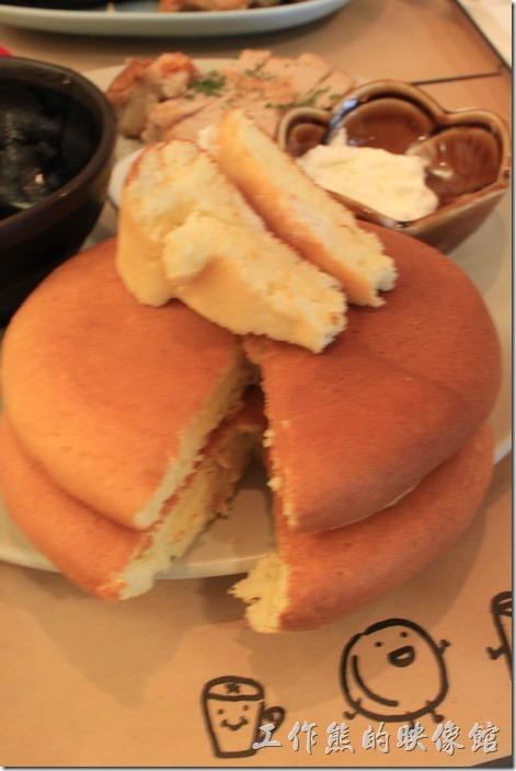 台南-和喫早午餐。這張胖鬆餅的照片沒拍好,可以沾鮮奶油,吃起來有點像我們以前常吃的海綿蛋糕,但是比較紮實,吃起來有牛奶的清甜感覺,應該非常適合女生的味蕾。
