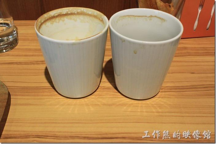 台南-路易先生早午餐。這是喝完的咖啡杯,依然還是喜歡看燈光下的放射光環。