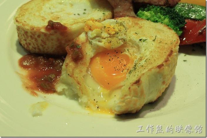 台南-開普咖啡早午餐。把熔岩雞蛋稍微挖開,可以看到裡頭的蛋黃及蛋白都還呈現半熟狀態。