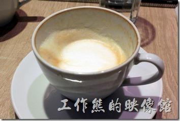 台南-開普咖啡早午餐。熱拿鐵,一般這種拿鐵都得使用中、重烘培的豆子,不過這間咖啡廳居然用淺烘培的咖啡豆可以做出牛奶不搶咖啡主角的熱拿鐵。